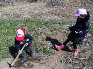 子供にとってはツルハシもオモチャ