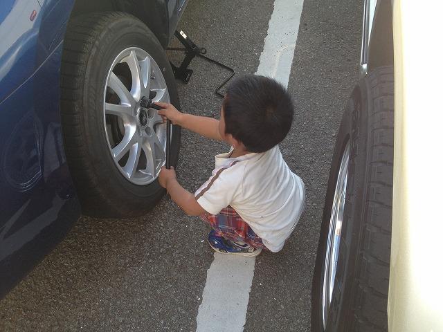 今頃冬用タイヤを交換中、、