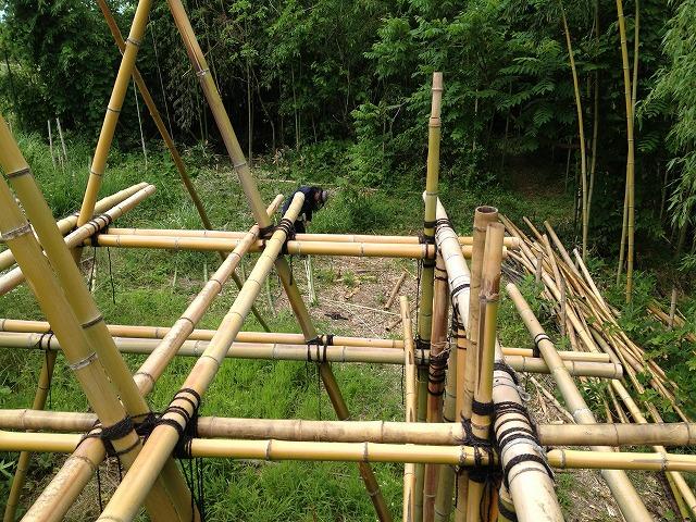 竹小屋の上から