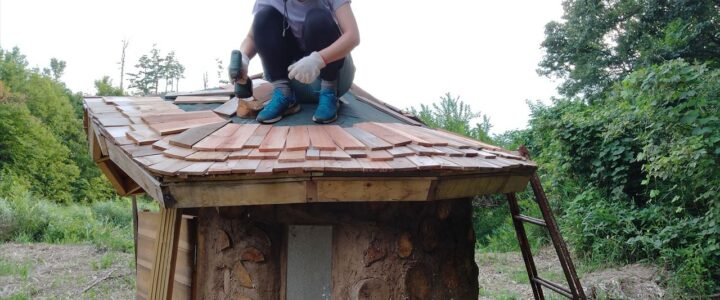 木と土のトイレをとんがり屋根に ~好きこそものの~